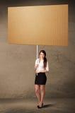 Geschäftsfrau mit unbelegter Pappe Stockfoto