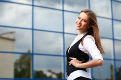 Geschäftsfrau nahe Bürohaus Stockfoto
