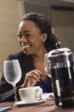 Geschäftsfrau am Tisch. Stockfotografie