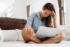 Geschäftsfrau, welche die Kopfschmerzen arbeiten an Computer hat Schmerz, Belastung Stockfotografie