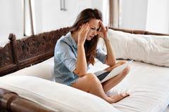 Geschäftsfrau, welche die Kopfschmerzen arbeiten an Computer hat Schmerz, Belastung Lizenzfreies Stockfoto