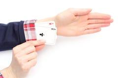 Geschäftsfrau zieht Asse von seinem Ärmel. Weißer Hintergrund Lizenzfreie Stockfotografie