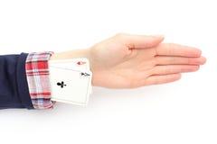Geschäftsfrau zieht Asse von seinem Ärmel. Weißer Hintergrund Lizenzfreie Stockbilder