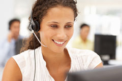Geschäftsfrauen bei der Arbeit unter Verwendung eines Kopfhörers Stockbilder