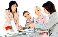 Geschäftsfrauen, die Laptop Arbeits sind Stockbild