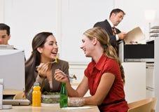 Geschäftsfrauen, die Salat für das Mittagessen essen Stockbild