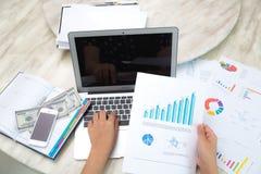 Geschäftsfrauhand, die auf Laptoptastatur schreibt Lizenzfreie Stockfotos