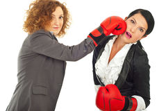 Geschäftsfraukampf mit Verpackenhandschuhen Lizenzfreie Stockfotos