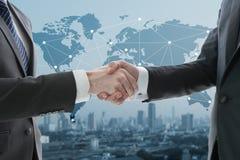 Geschäftshanderschütterung mit digitalem Diagramm Stockfoto