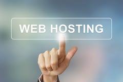 Geschäftshandklickender Web-Hosting-Knopf auf unscharfem Hintergrund Stockbilder