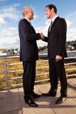 Geschäftshändedruck über dem Abkommen Stockfoto