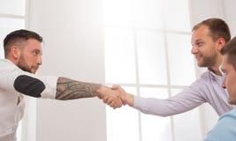 Geschäftshändedruck an der Bürositzung, am Vertragsabschluss und an der erfolgreichen Vereinbarung Stockbild