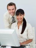 Geschäftskollegen, die einen Laptop verwenden Lizenzfreie Stockbilder