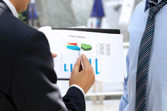 Geschäftskollegen, die zusammenarbeiten und Finanzfeige analysieren Stockbild