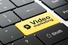 Geschäftskonzept: Kopf mit Vorhängeschloß und Video Stockbild