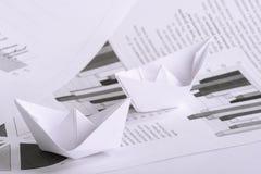Geschäftskonzept, Papierboot und Dokumente Stockbilder