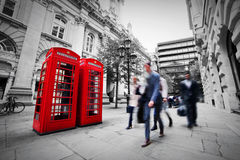 Geschäftslebenkonzept in London, Großbritannien. Rote Telefonzelle Lizenzfreie Stockbilder