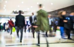 Geschäftsleute bewegliche Unschärfe Leute, die in Hauptverkehrszeit gehen Konzept des Geschäfts und des modernen Lebens Lizenzfreie Stockbilder