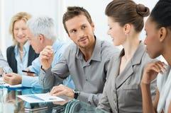 Geschäftsleute in der Sitzung Stockfoto
