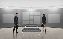Geschäftsleute, die auf Galeriekunst gehen Stockbild