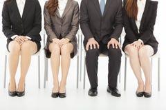 Geschäftsleute, die auf Vorstellungsgespräch über Weiß warten Stockfotos