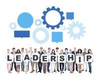 Geschäftsleute, die Buchstaben halten, die Führung bilden Lizenzfreie Stockbilder