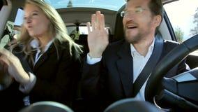 Geschäftsleute, die in das Auto glücklich tanzen stock footage