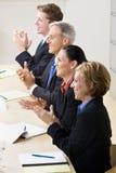 Geschäftsleute, die in der Sitzung klatschen Lizenzfreie Stockfotografie