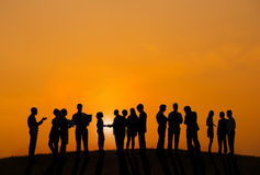 Geschäftsleute, die draußen mit Blick auf Sonnenuntergang arbeiten Stockfotos