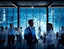 Geschäftsleute, die in einem Konferenzsaal arbeiten Stockfotografie