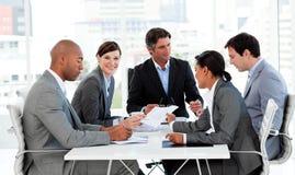 Geschäftsleute, die einen Haushaltsplan behandeln Stockfotos