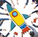 Geschäftsleute, die für Rocket Symbol erreichen Stockfotos