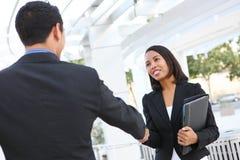 Geschäftsleute, die Hände im Büro rütteln Stockbild