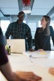 Geschäftsleute, die Ideen besprechen Lizenzfreies Stockfoto