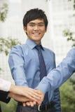 Geschäftsleute, die ihre Hand als Zeichen der Teamfunktion zusammenfügen Stockbild