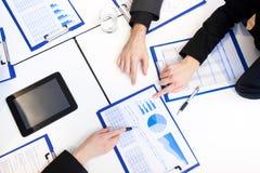 Geschäftsleute, die im Büro erklären Lizenzfreie Stockfotografie