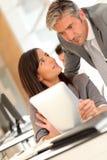 Geschäftsleute, die im Büro sich treffen Stockfotografie