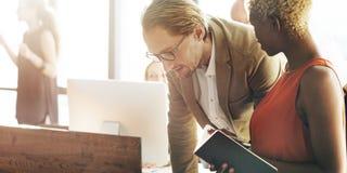 Geschäftsleute, die Konferenz-Brainstorming-Konzept treffen Lizenzfreie Stockfotos