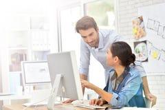 Geschäftsleute, die odesktop Computer Arbeits sind Stockbild