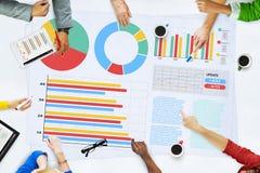 Geschäftsleute, die Plananalyse-Statistik-Konzept treffen Lizenzfreies Stockbild