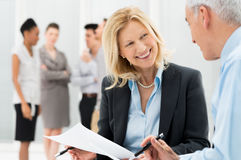 Geschäftsleute, die sich zusammen besprechen Lizenzfreies Stockfoto
