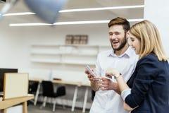 Geschäftsleute, die Spaß während des Bruches in einem Büro haben Lizenzfreie Stockfotos