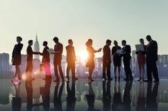 Geschäftsleute, die Technologie-Dachspitzen-Stadt-Konzept Arbeits sind Lizenzfreie Stockbilder