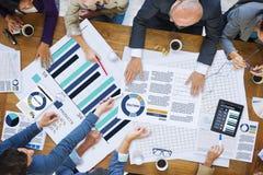 Geschäftsleute, die Unternehmensanalyse-Forschungs-Konzept treffen Stockfotos