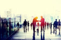 Geschäftsleute, die Verbindungs-Gesprächs-Konzept sprechen Stockfoto