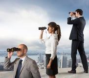 Geschäftsleute, die zur Zukunft schauen Stockfoto