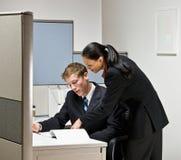 Geschäftsleute, die zusammenarbeiten Stockbild