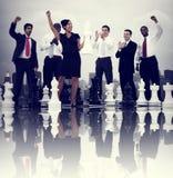 Geschäftsleute Feier-gewinnende Schach-Spiel-Konzept- Stockfotos