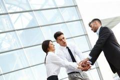 Geschäftsleute feiern erfolgreiches Projekt Team Arbeit Lizenzfreie Stockfotos