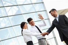 Geschäftsleute feiern erfolgreiches Projekt Team Arbeit Stockfotos